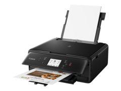 Klappen med kontrolpanelet skal slås ud for, at der bliver plads til, at printeren kan spytte udskrifter ud.